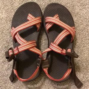 single strap chacos with toe strap